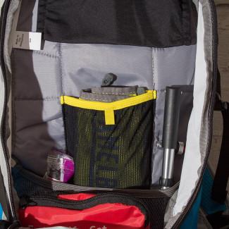 Das kleine Hauptfach mit der Netztasche für die Werkzeugrolle
