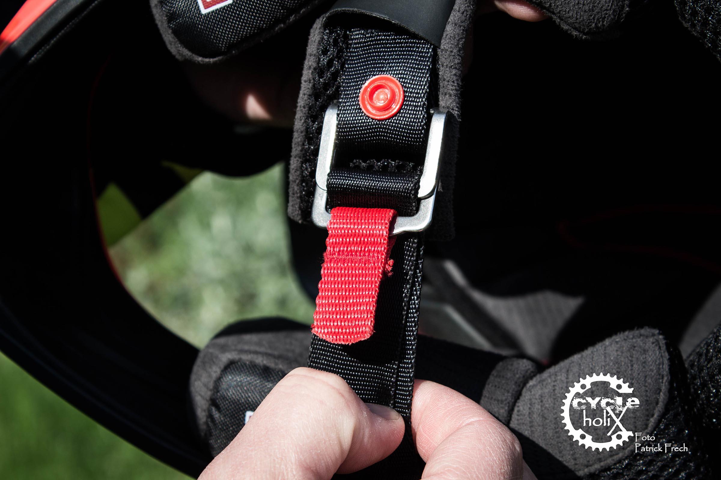 Der Doppel D Verschluss, welcher im Motorsport Pflicht ist, wird auch immer öfter im DH Bereich eingesetzt.