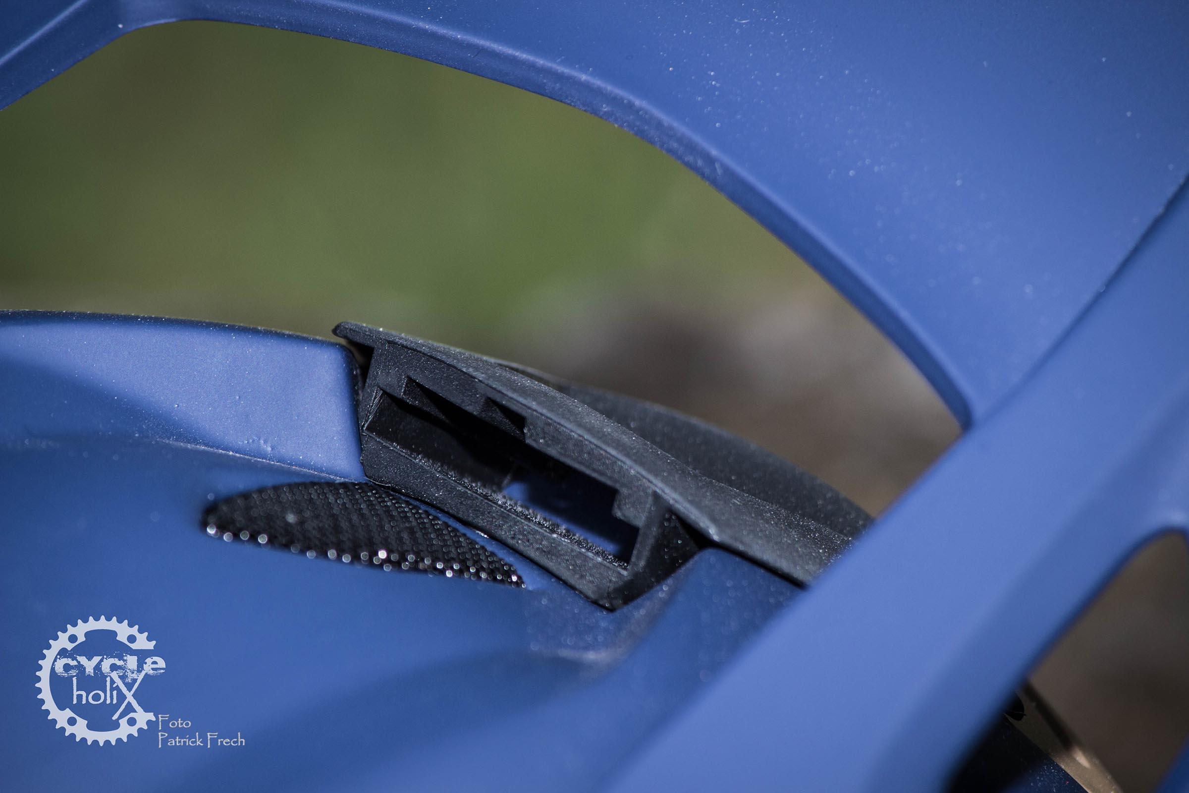 Die Helmhalterung für eine Action-Cam sitzt oben mittig auf dem Cipher