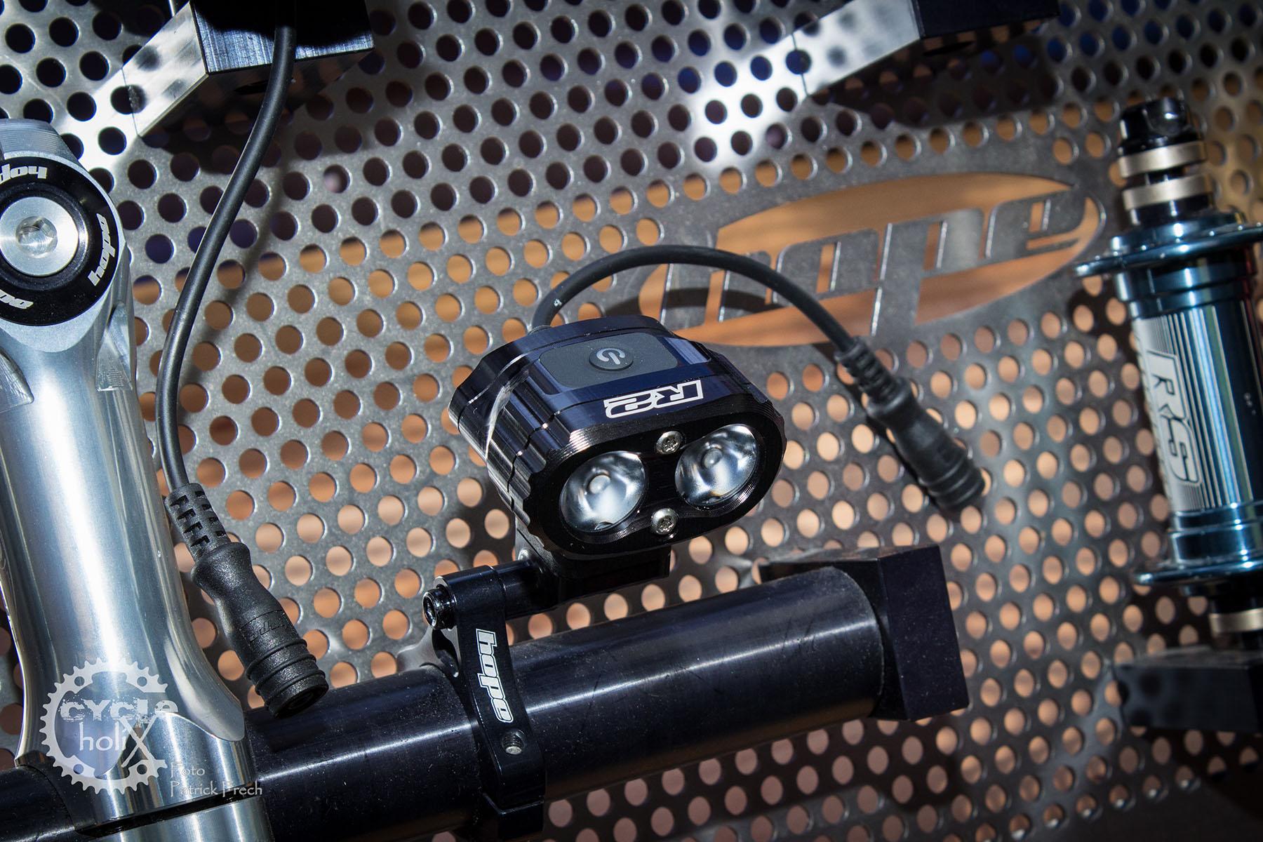 Und dann kommt noch neues Licht in Form der R2i die man mit einem separaten Akku auch als Taschenlampe nutzen kann