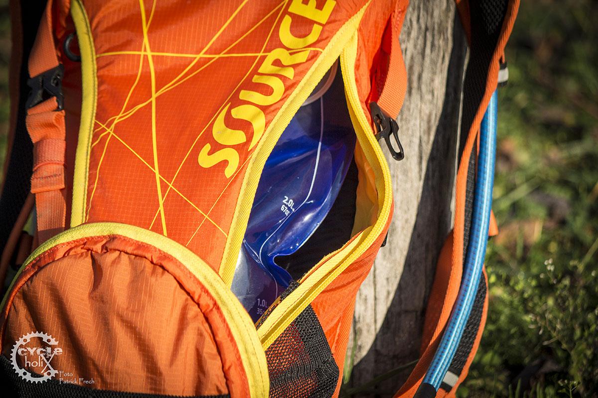 Die Trinkblase wird seitlich in den Rucksack gepackt.