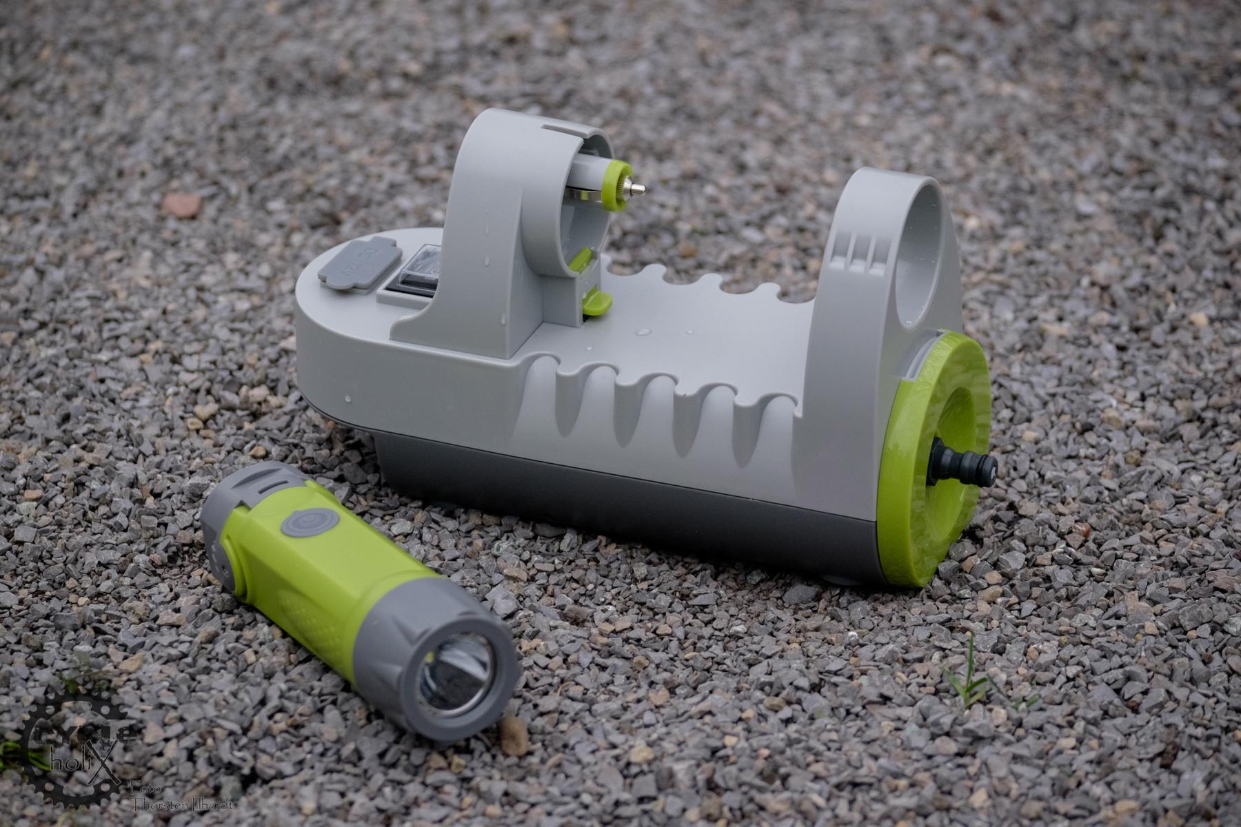 Die Pumpe und der Akku mit Taschenlampe und USB-Port