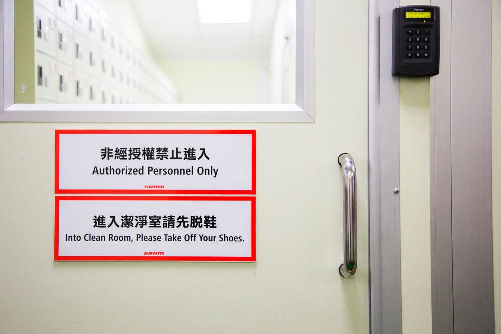 Nur authorisiertes Personal hat im Reinraum Zutritt