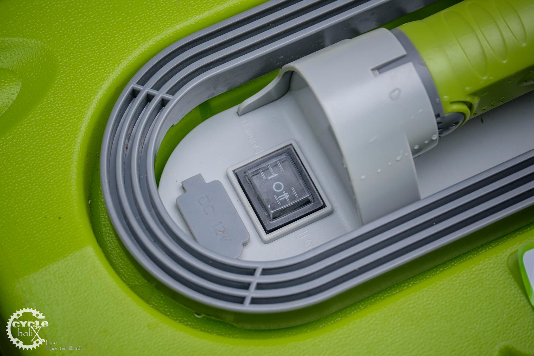 Der Schalter muss nach Links für den Akkubetrieb, nach rechts für den Betrieb an der 12V Steckdose. Oder war es umgekehrt?