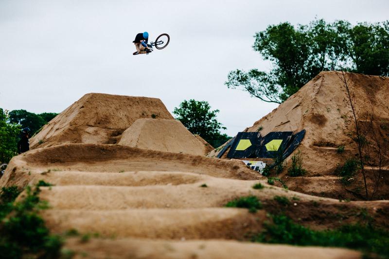 Lukas fühlt sich auf Anhieb wohl auf seinem Propain 4Bidden, hier auf dem Traumspot von BMXer Philip Baum (Foto: Viktor Strasse)