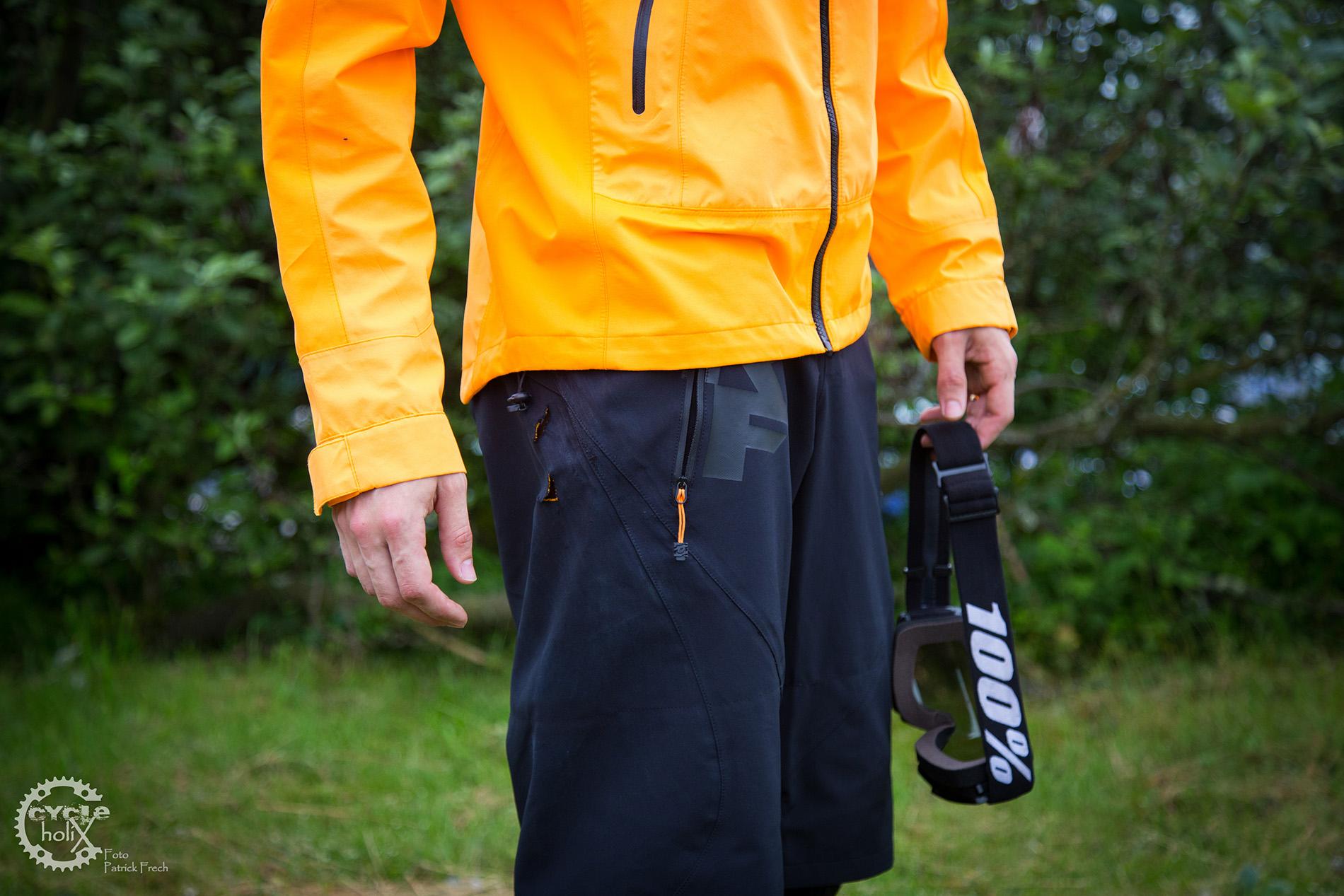 Leichte farbliche Akzente der Hose sind passend zur Jacke ausgeführt