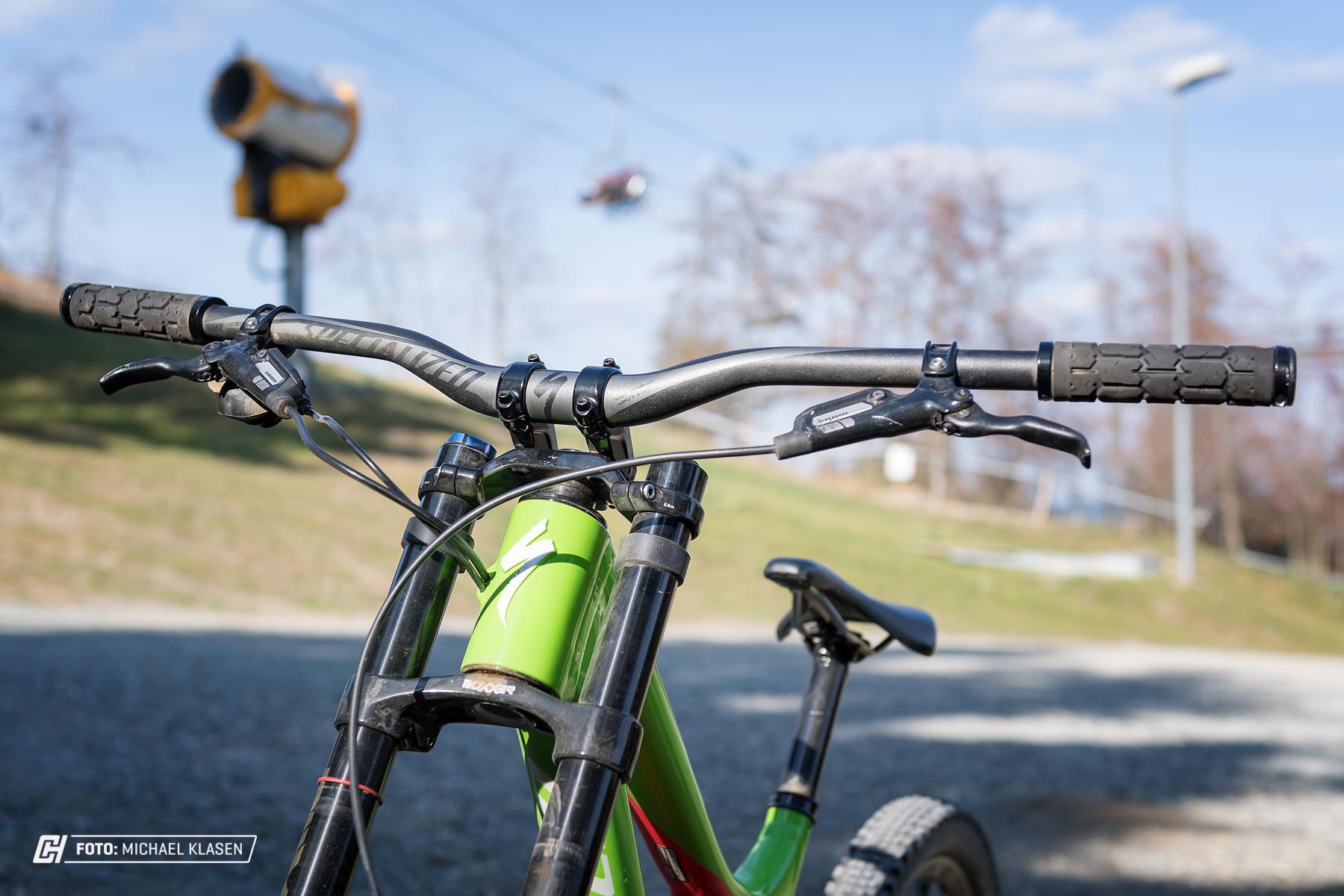 Der 800mm breite Lenker steht dem Bike gut, ein Update auf eine Carbonvariante verringert Armpump