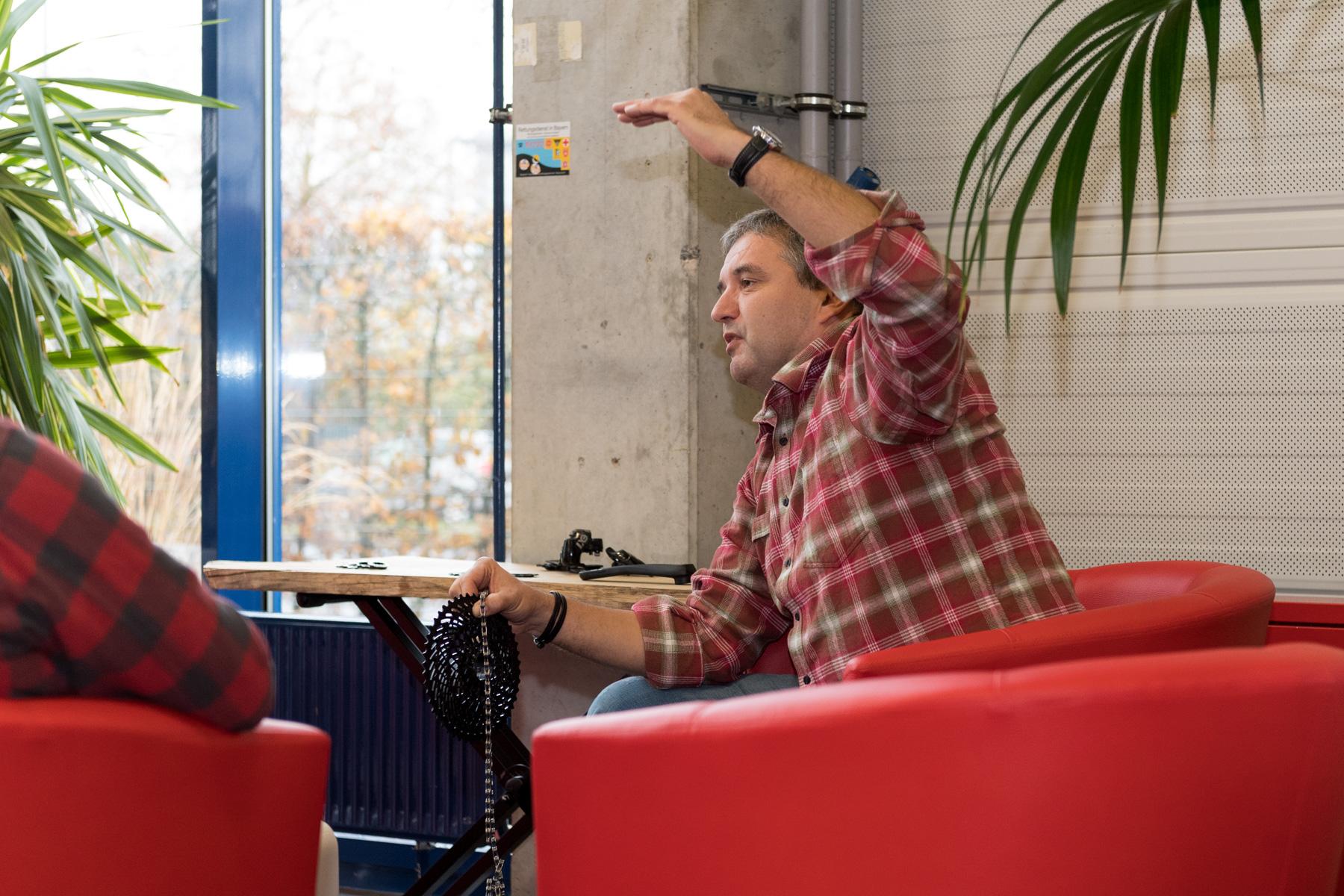 Da man bei E-Bikes ein aderes Schaltverhalten an den Tag legt, ergeben sich daraus auch neue Herausforderungen für den Antrieb. Dies erklärte uns Michael sehr anschaulich und präsentierte die neue SRAM EX1, welche die Herausforderung meistern soll.