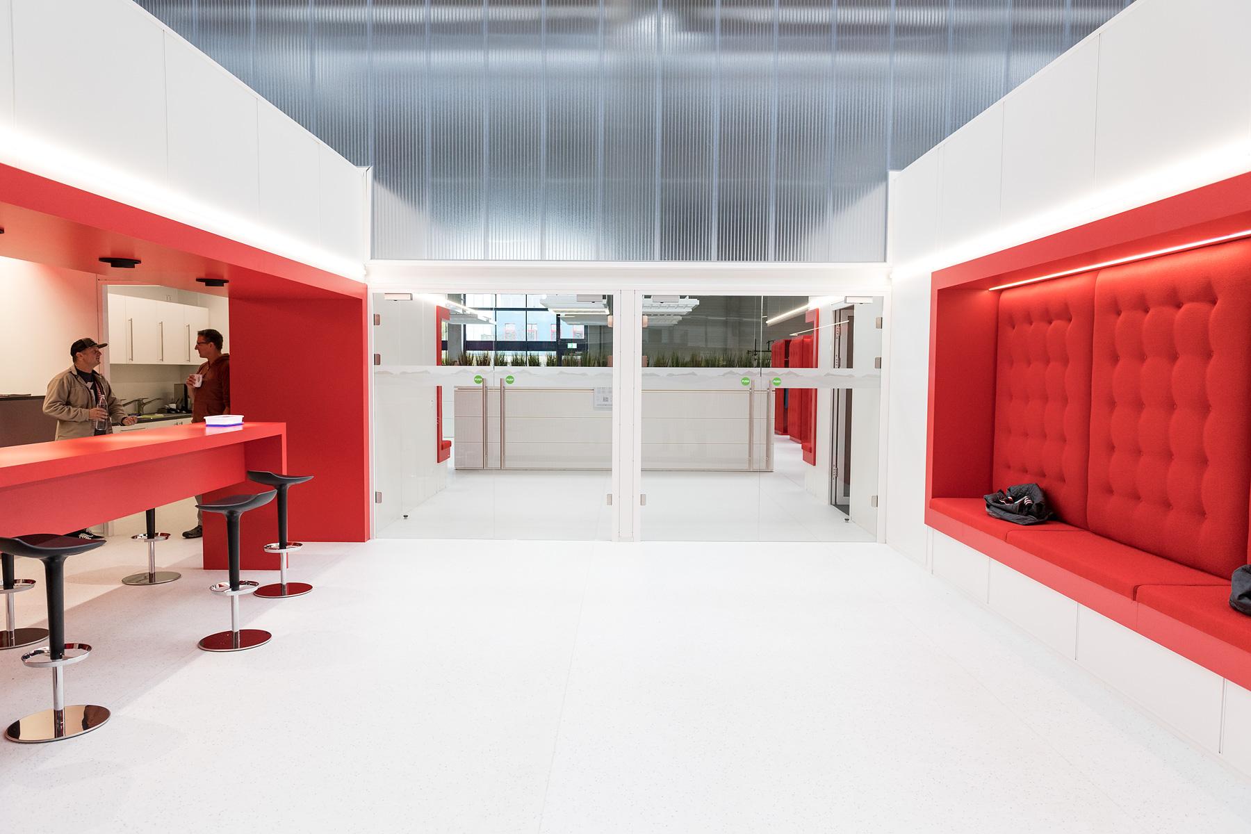 Der Eingang zu den heiligen Hallen, dem Think Tank, blieb uns leider verwehrt. Die Uhren ticken hier ein wenig anders, denn die Ingenieure sowie Produktmanager denken sich in dem Bürokomplex Antriebskonzepte von morgen aus.