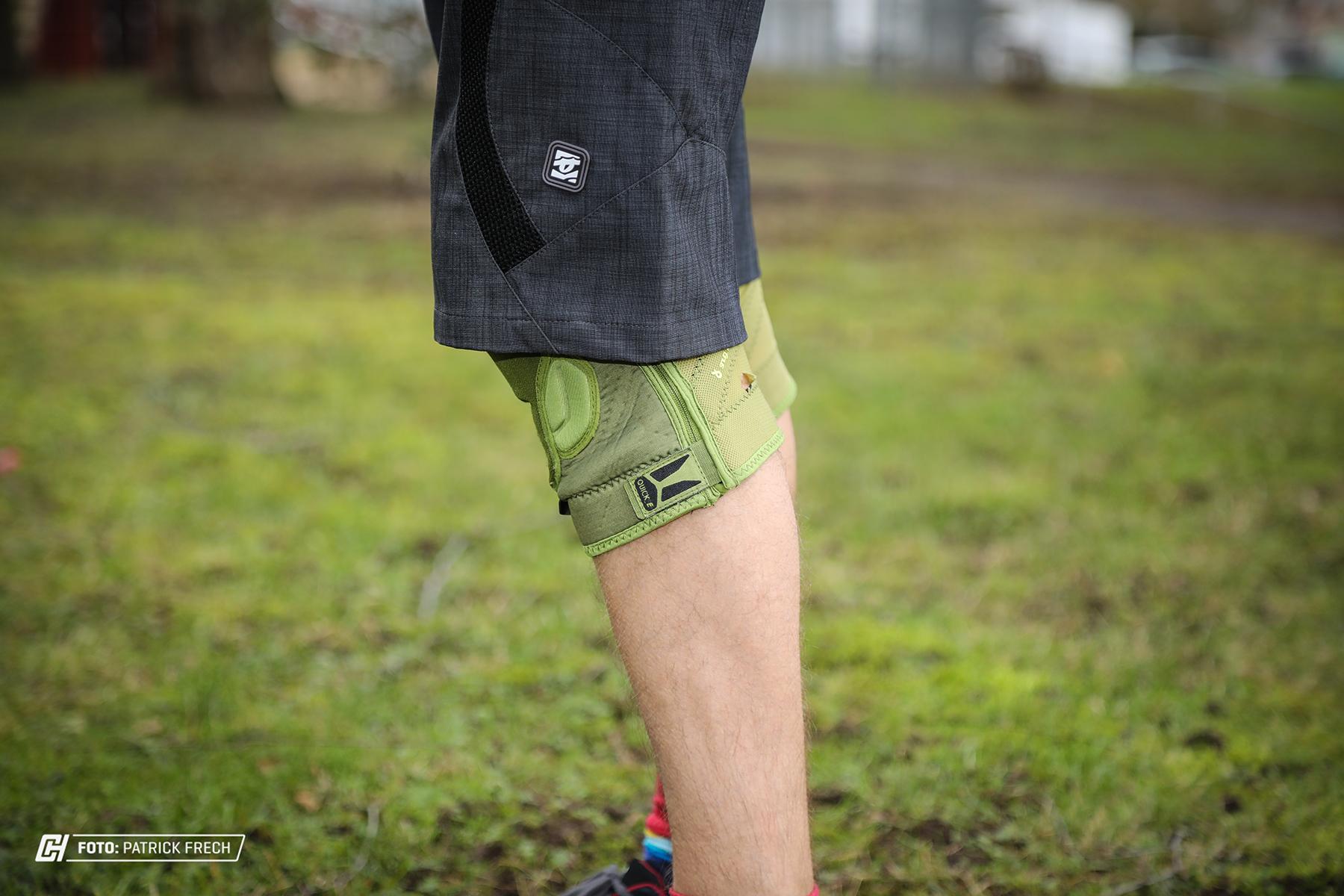 Die K Lite passen problemlos auch unter Shorts, die nicht so weit geschnitten sind wie die DH Varianten.