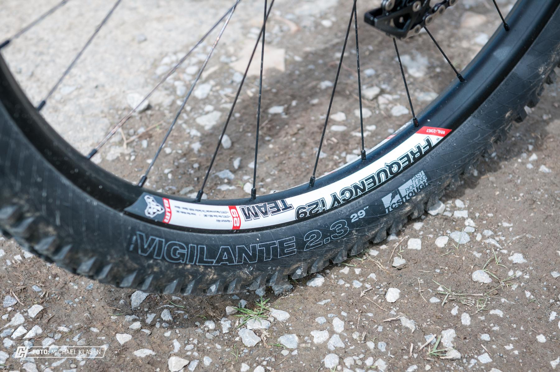 Hält, sind aber keine offiziellen DH Laufräder.