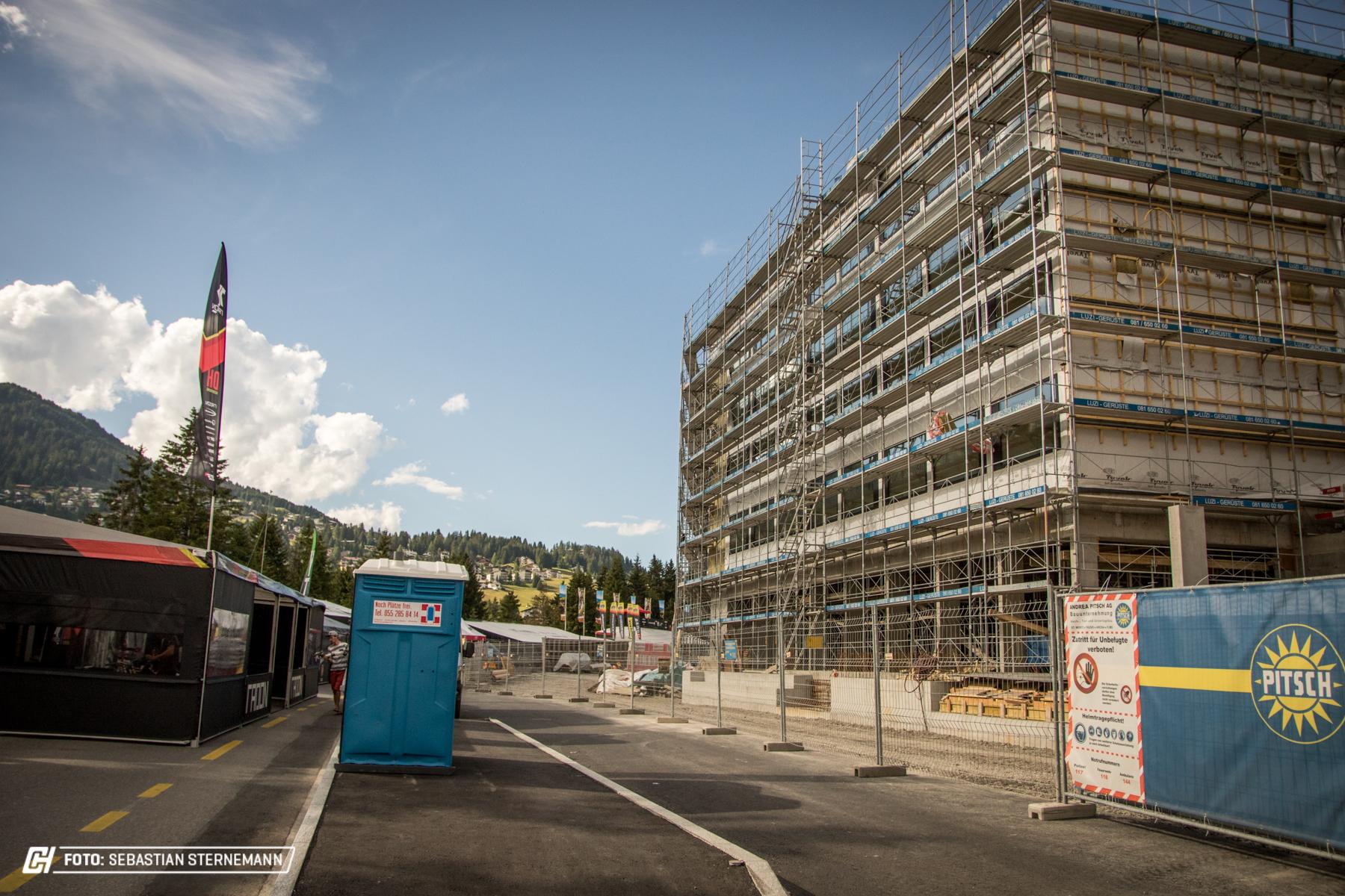 Aufgrund der Baustelle eines neuen Hotels, müssen die Pits mit weniger Platz auskommen.