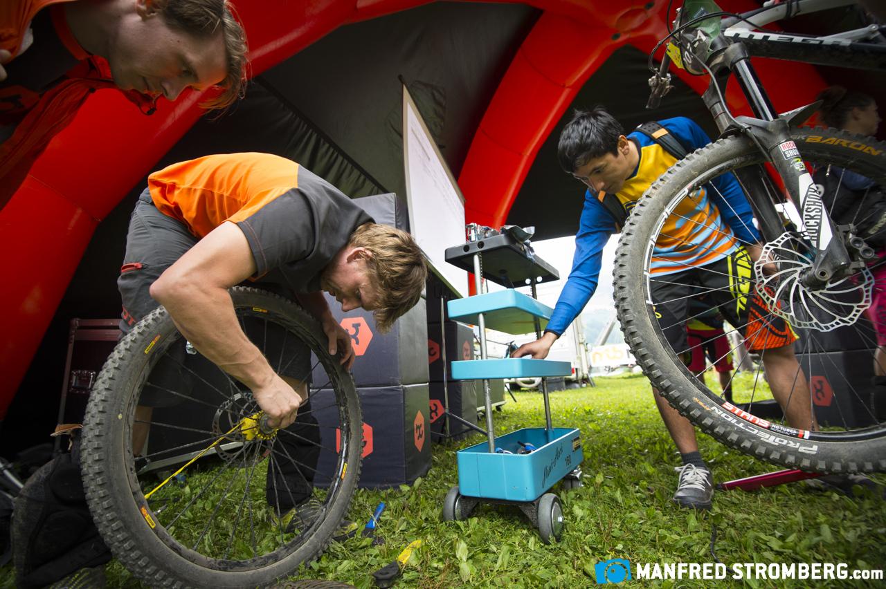 Pannenhilfe gab es Dank der Jungs von Bike-Components in der Event-Area.