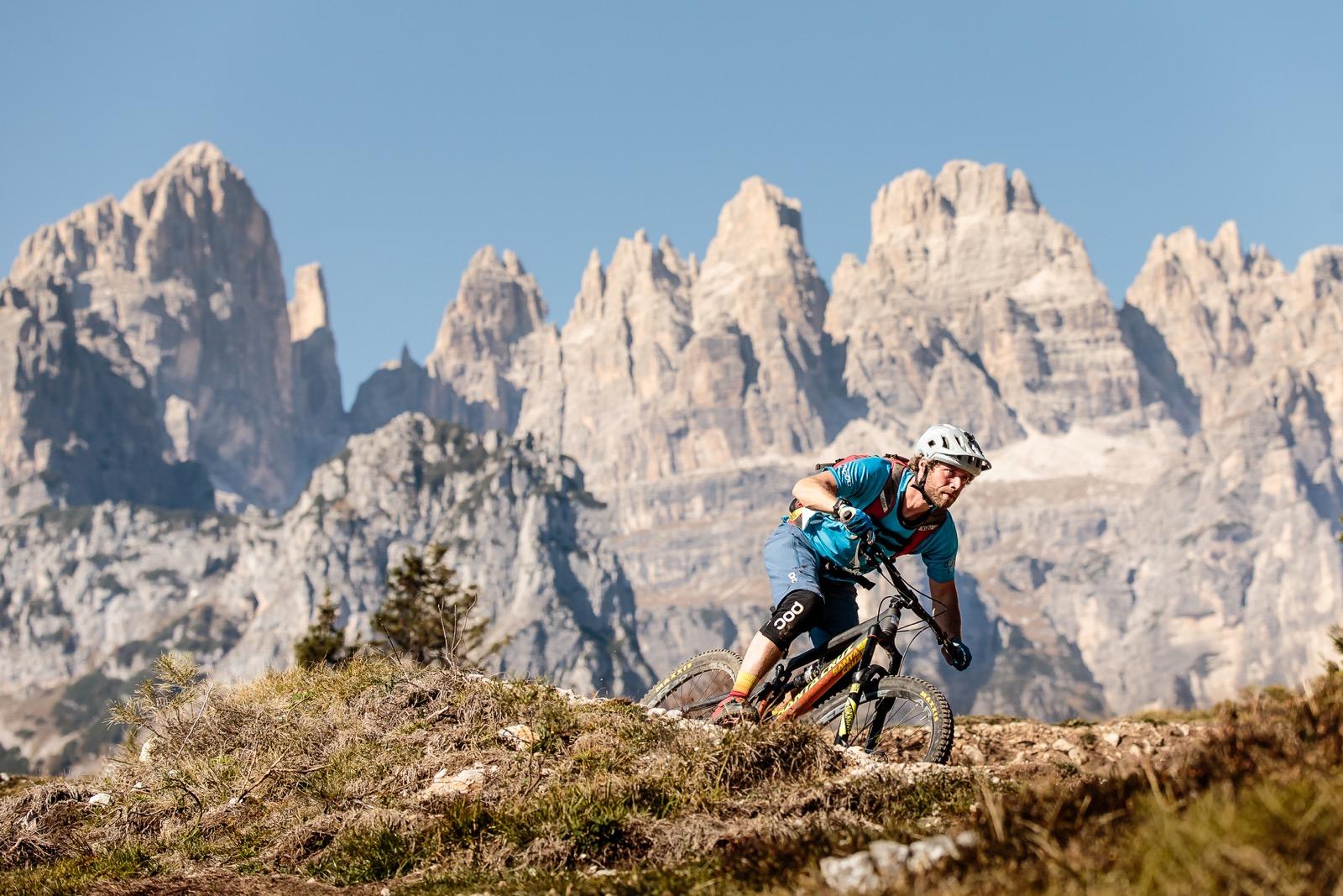 1 Trails mit Traumkulisse der Brenta Dolomiten im Hintergrund Alex Luise 2