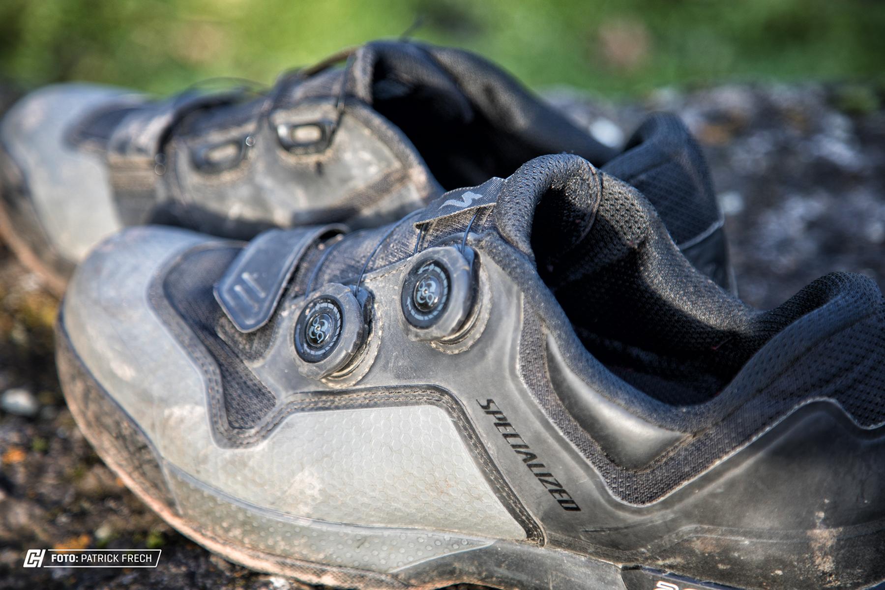 Geschlossen werden die Schuhe mittels zwei BOA Schnellverschlüssen und Klett.