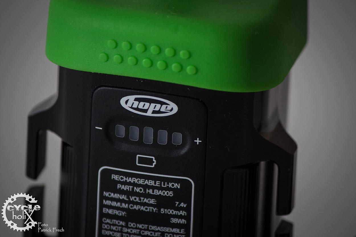 Über die Kapazität informiert jederzeit die Akkuanzeige per Knopfdruck