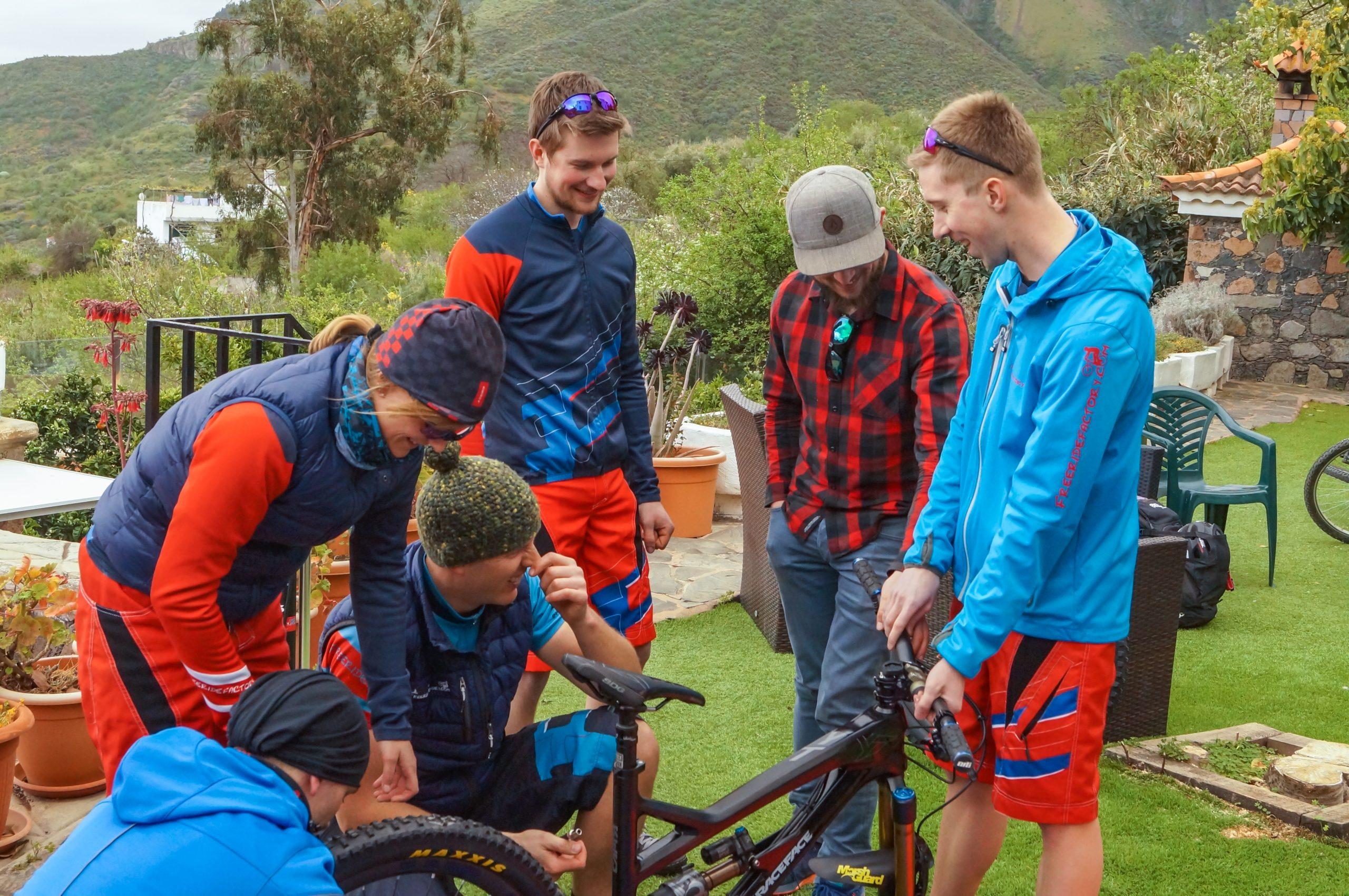 Mitglieder der Freeridefactory Bike e.V. beim gemeinsamen Techtalk über scaled-size Bikes